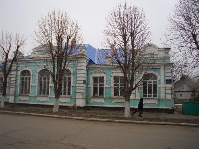Будівля на вулиці Касяна, 31 в якій розміщена Кобеляцька центральна районна бібліотека